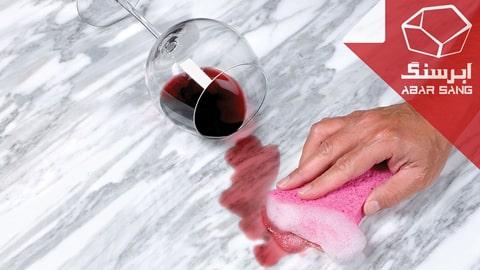 تصویری از پاک کردن لکه آب میوه از روی سنگ