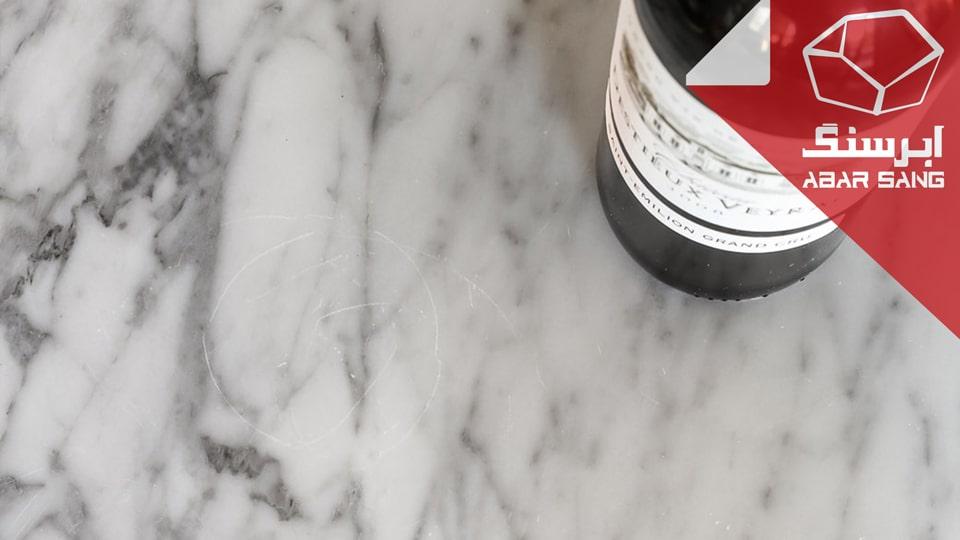 تصویری از خط افتادن به وسیله بطری روی سنگ مرمریت در کانتر آشپزخانه